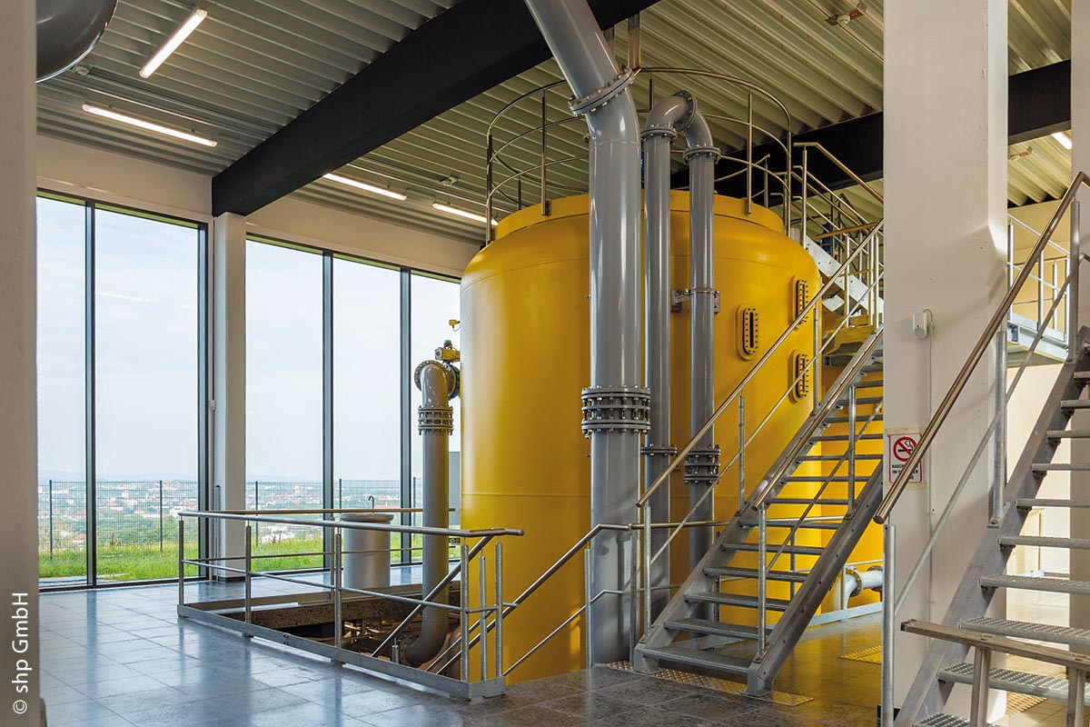 Das Wasserwerk auf dem Bayreuther Eichelberg wurde nach rund 50-jährigem Einsatz bei laufendem Betrieb komplett saniert. Ergänzt wurden hierbei zwei große, gelbe Jurakalkfilter-Behälter.