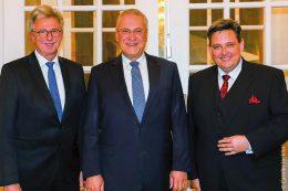 Innenminister Joachim Herrmann (Mitte) dankte Reinhard Graf (links) für seine 37 erfolgreichen Berufsjahre bei der BVK als Leiter des Bereichs Kommunales Versorgungswesen und Mitglied des Vorstands der Bayerischen Versorgungskammer und führte danach Stefan Müller (rechts) als dessen Nachfolger in das Amt ein.