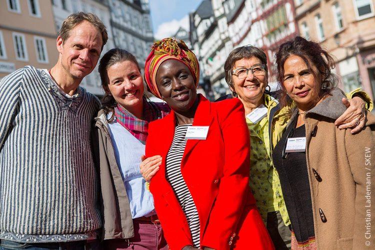 """Ab 2. März rief der Wettbewerb """"Kommune bewegt Welt"""" erneut zu Bewerbungen auf. Mit einem Preisgeld von insgesamt 135.000 Euro werden zum vierten Mal herausragende Kooperationen von Kommunen prämiert, die sich gemeinsam mit migrantischen Organisationen entwicklungspolitisch engagieren."""