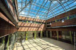 Im Zuge umfassender Renovierungsarbeiten erhielt das Dante-Gymnasium in München ein neues, hochfunktionales Glasdach.