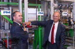 Zukunftsweisender Beginn im letzten Herbst: Hubert Aiwanger, der stellvertretende bayerische Ministerpräsident und Staatsminister für Wirtschaft, Landesentwicklung und Energie (links) und Proton Motor-CEO Dr. Faiz Nahab nahmen feierlich eine neue Wasserstoff-Brennstoffzellen-Produktionsmaschine in Betrieb.