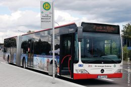 Ein Bus an der Park-an-Ride-Station Kronacher Straße in Bamberg wartet auf Mitfahrende.