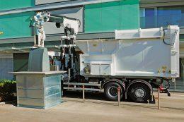 Mülllaster mit eingebautem Speed-Lifter-Kran
