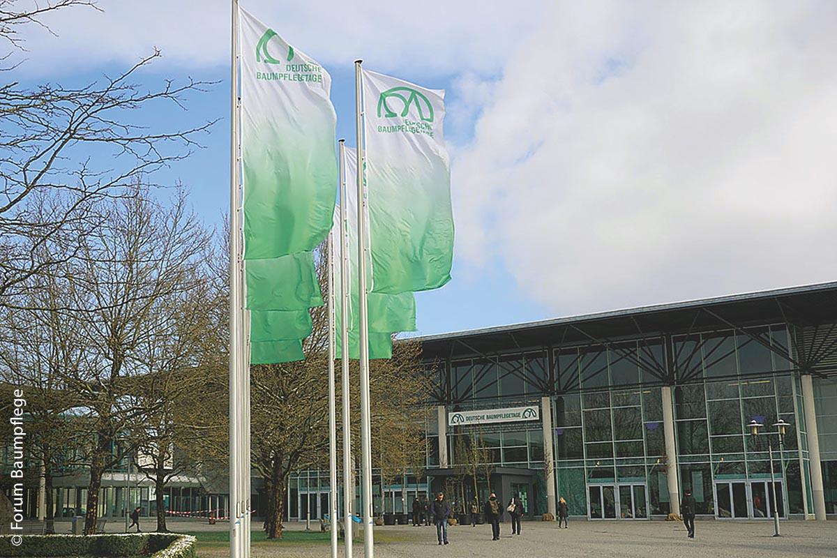 Auch die Deutschen Baumpflegetage beugen sich der aktuellen Entwicklung und wurden daher abgesagt. Allerdings wurde die Messe nicht verschoben. Der Veranstalter, das Forum Baumpflege, verweist stattdessen auf den geplanten Termin im nächsten Jahr.