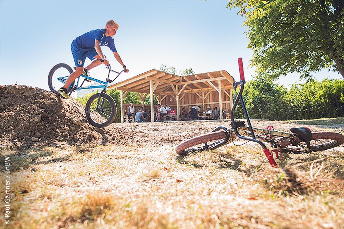 Nach der Arbeit, das Vergnügen: Die ersten Biker fuhren über die verschieden hohen Hügel des neu angelegten Bike-Parkours und in der Open-Air-Lounge daneben ließ man es sich gut gehen.