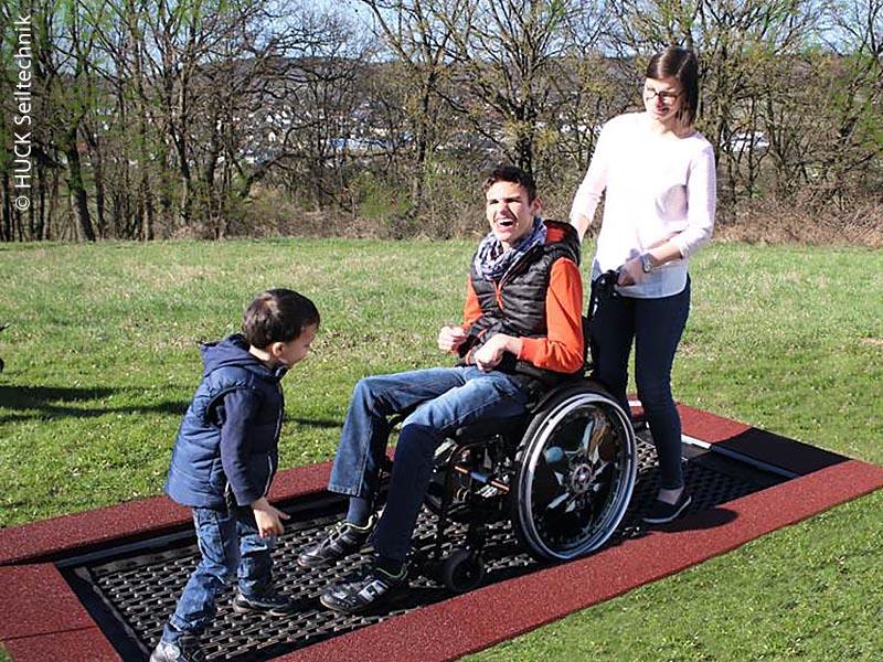 Ein Trampolin für Rollstuhlfahrer macht sichtlich Spaß.