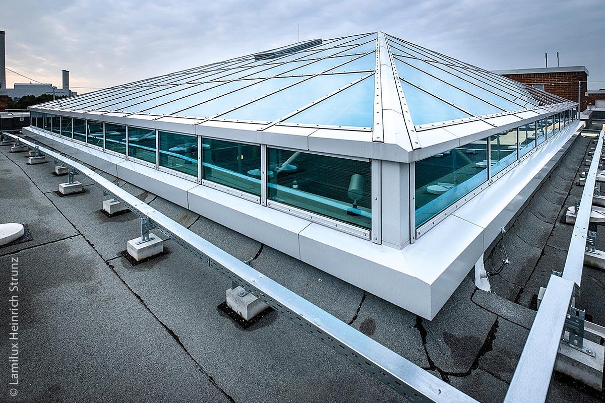 Die Montage des Glasdaches erfolgte auf einer bereits vorhandenen Stahl-Unterkonstruktion. Das war mit einigen Herausforderungen verbunden. Der alte Ziegelsockel musste mit zusätzlich befestigten Stahlträgern ertüchtigt werden, da die neue Glaskonstruktion ein höheres Eigengewicht hat.