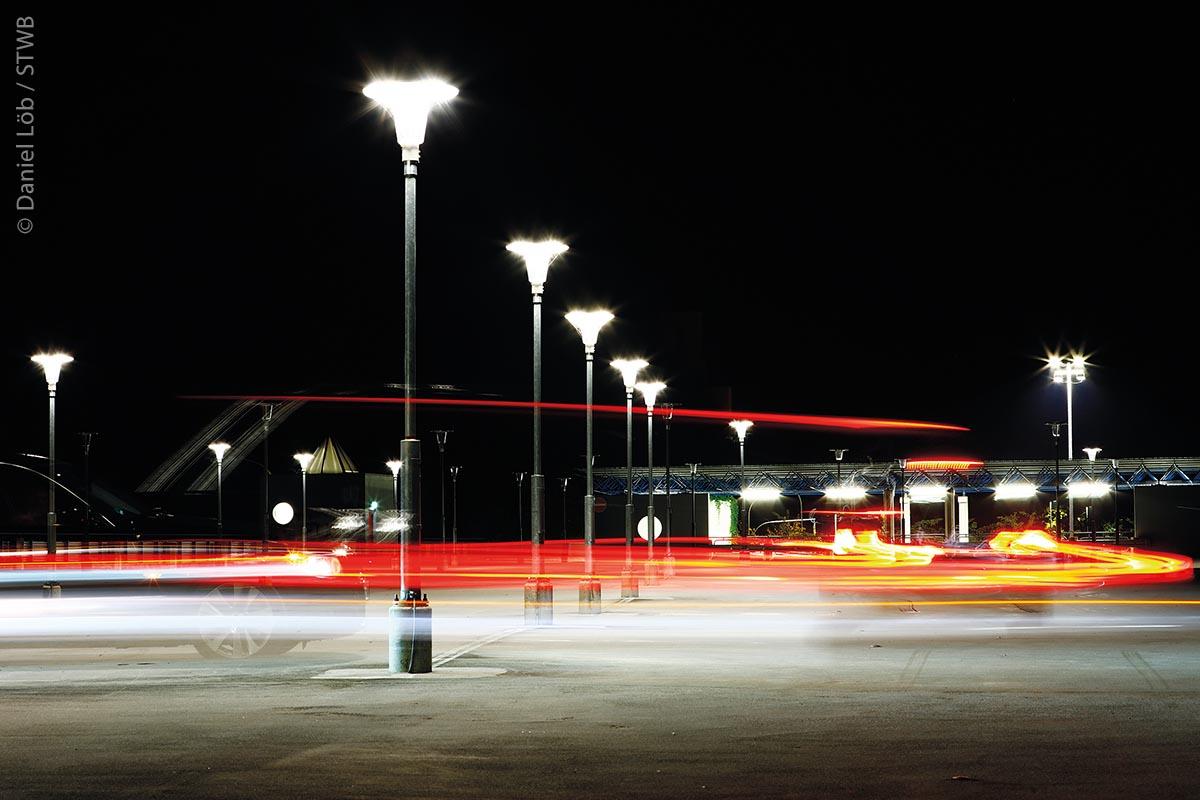Die abendlich beleuchtete Park-and-Ride-Anlage am Heinrichsdamm. Auch von hier gelangt man kostenlos in die Stadt Bamberg.