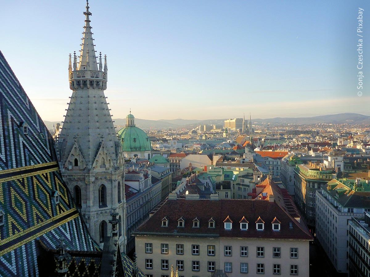 """Wien  –  Blick vom Stephansdom: Experten des """"Economist"""" sehen das etwas anders. Zwar ist auch in deren Studie Wien auf den ersten Platz gekommen, aber hier hat es keine einzige deutsche Stadt unter die Top Ten geschafft, aber mehrere zumindest unter die Top 30."""