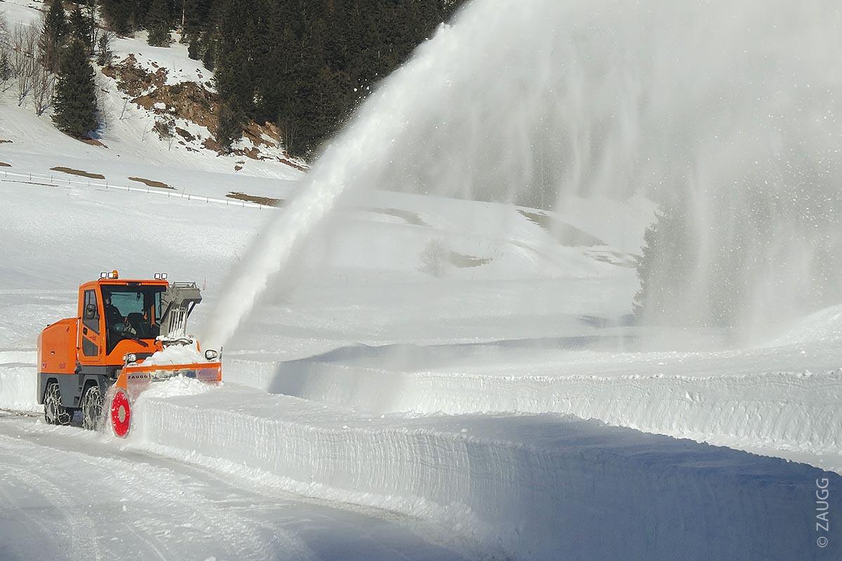 Je nach Konfiguration und Schneeverhältnissen erreicht man mit der Rolba 500 eine Räumleistung von rund 1800 Tonnen pro Stunde und eine stufenlose Wurfweite von bis zu 40 Metern.