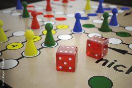 Brett- und Kartenspiele sind in Spielecken für Kinder ein tolles Angebot, sofern sich mehrere Kinder in der Spielecke aufhalten. Sinnvoll ist es daher, auch Spiele anzubieten, mit denen sich Kinder auch alleine beschäftigen können, zum Beispiel Legos, Puzzles und Bücher.