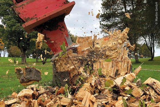 Wurzelratte im Einsatz beim Zerkleinern eines Baumstumpfs