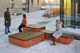 Moderne und robuste Stadtmöbel schaffen interessante Ruhezonen und lassen sich auf größeren Plätzen ganz individuell zusammenstellen. Die Designer Espen Voll, Tore Borgersen und Michael Olofsson haben die Stones-Serie kreiert, die in 200 verschiedenen Farben erhältlich ist.