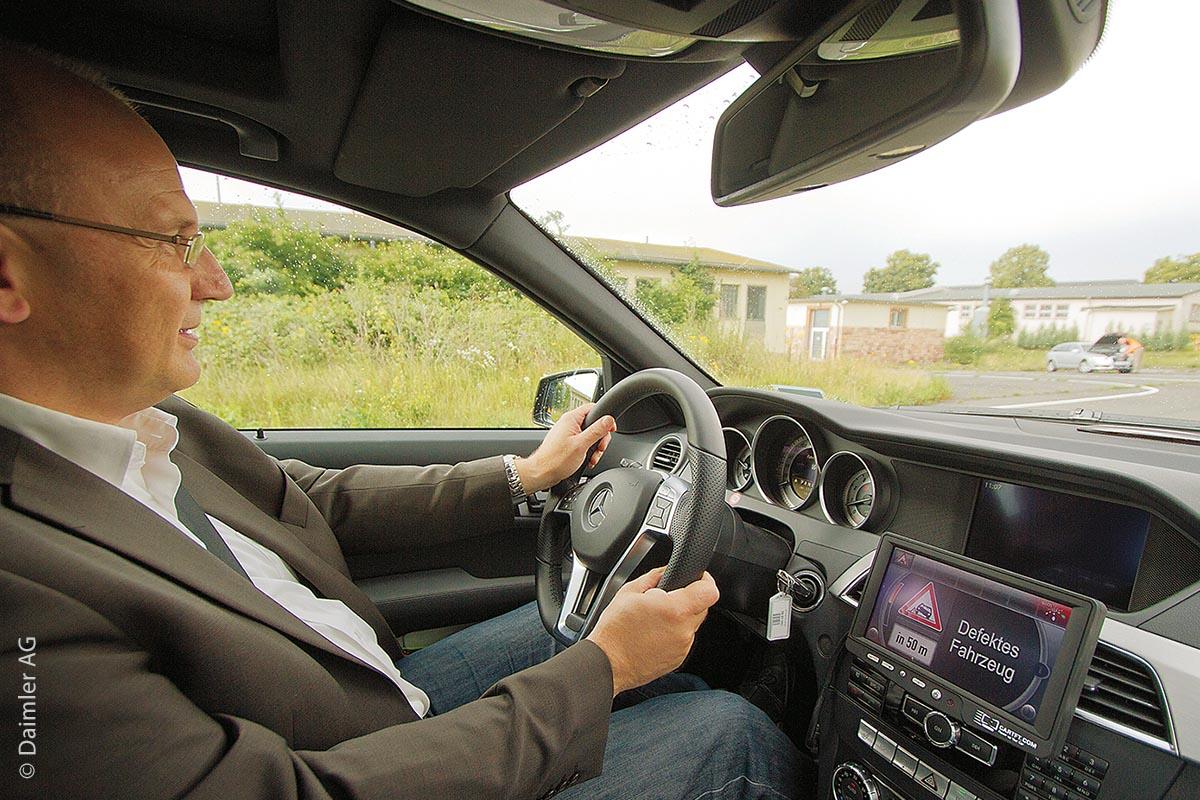 Car-to-X ist eines von mehreren Warnsystemen: Auch hier werden im Display des Fahrzeugs Hindernisse und Gefahren angezeigt, auf die der Fahrer dann vorbereitet reagieren kann.