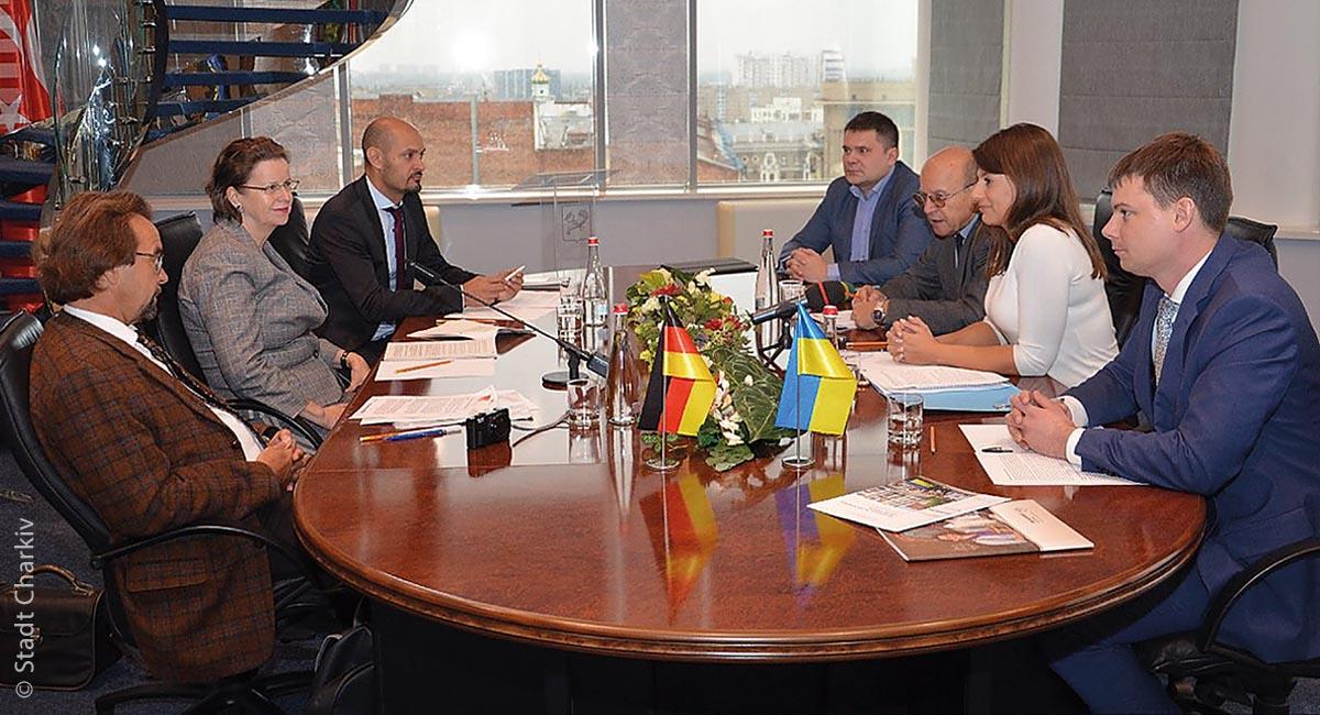 Gesprächsrunde zur Energieeffizienz mit Kollegen aus den Partnerstädten Nürnberg und Charkiw: Martin Messner (rechts außen) ist als integrierte Fachkraft dabei.