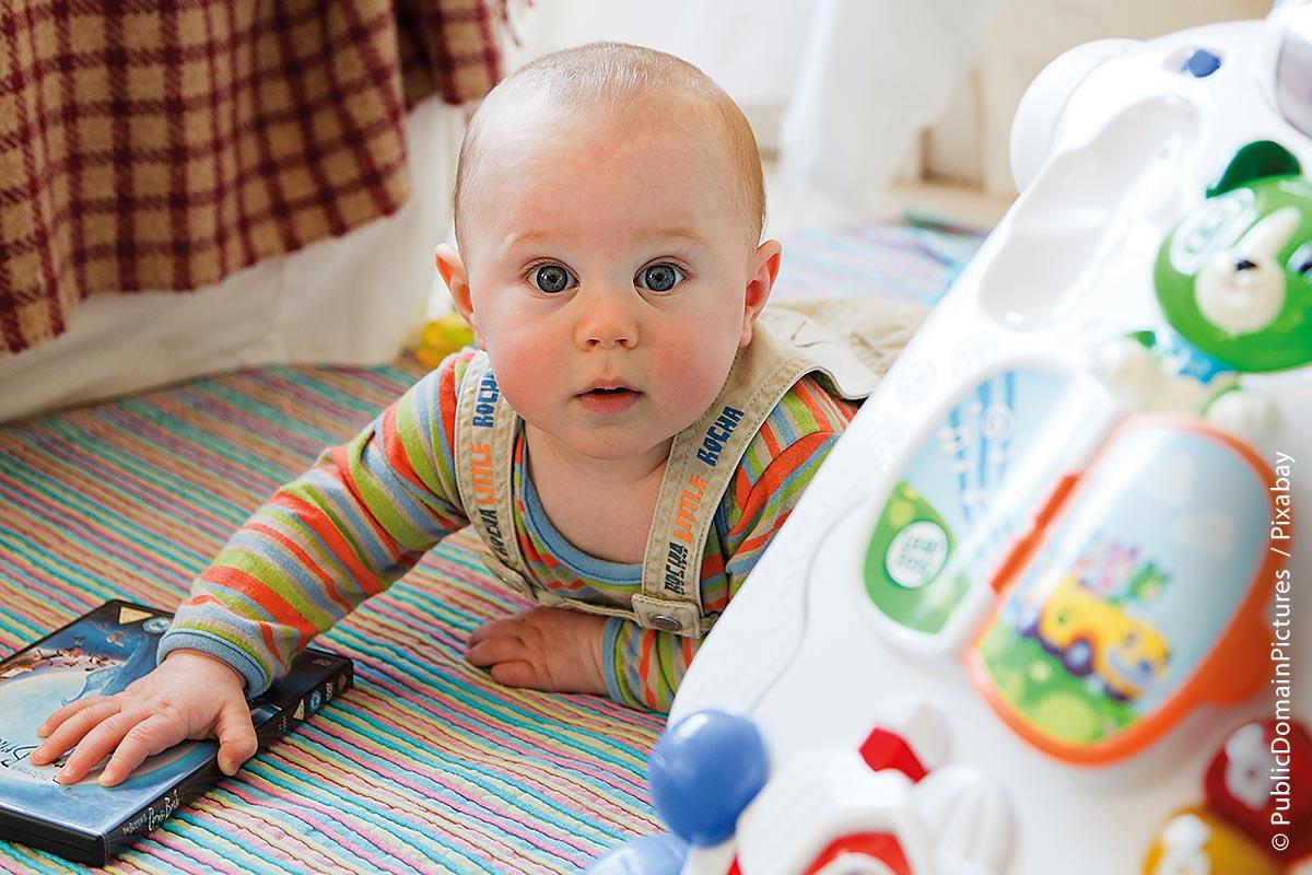 Auch wenn es vorbildlich ist, wenn selbst für sehr kleine Kinder eine Spielecke mit Spielsachen eingerichtet ist, ist es gut, wenn sie dabei beaufsichtigt werden.