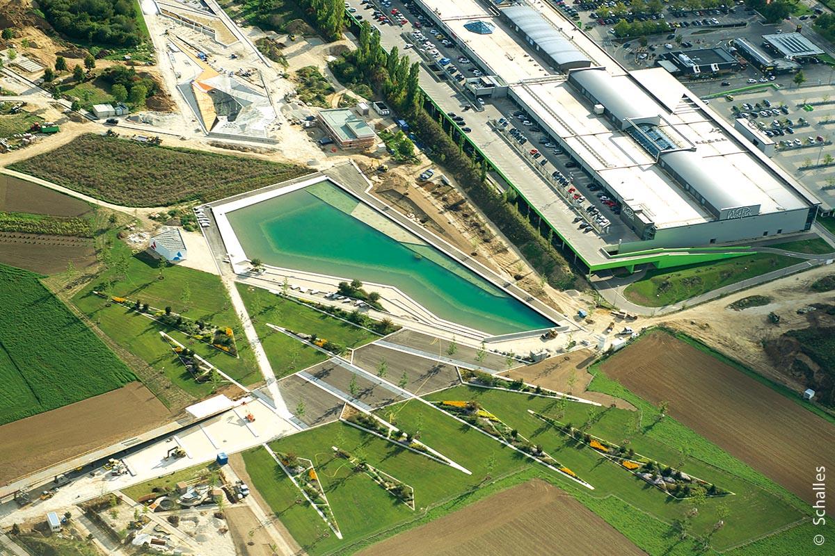 Der angelegte Landschaftssee ist ein zentraler Anziehungspunkt innerhalb des Geländes.