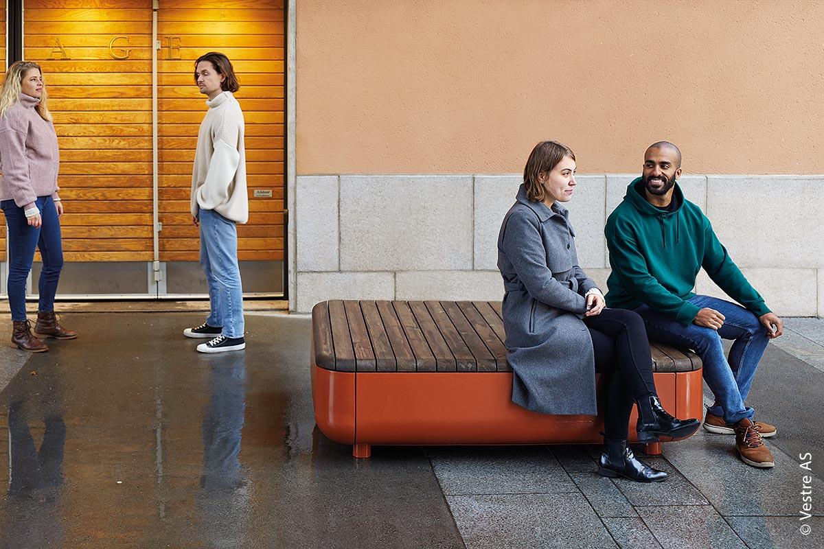 Der Stadtmöbel-Produzent Vestre hat es sich zum Ziel gemacht, Orte zu gestalten, an denen Menschen zusammenkommen und ihre Umgebung erleben können.