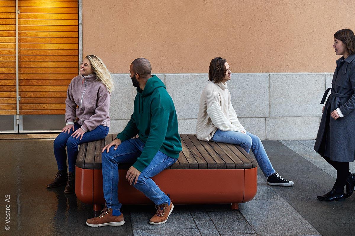 Die Oberflächen und Materialien sind in unterschiedlichen Ausführungen erhältlich. Für den Korpus mit seinen abgerundeten Ecken wird Stahl verwendet. Für Sitzflächen für den Außenraum stehen unterschiedliche Hölzer zur Verfügung.