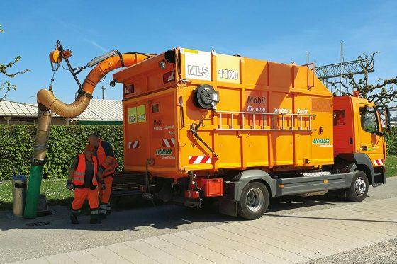 Der Müll-Laub-Sauger 1100 kann auf jedem LKW mit Pritsche und Hilfsrahmen fest montiert werden. Sein Antrieb läuft völlig autark, es sind nur zwei Anschlüsse zum LKW notwendig. Der Auf- und Abbau des kippbaren Systems dauert mit zwei Personen zirka 15 Minuten.