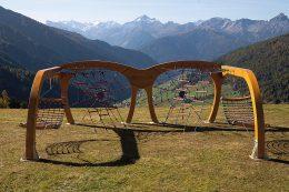 Das hat man nicht oft: Klettern, Toben und anschließend Chillen in einer Netzhängematte inklusive entspanntem Blick auf ein Bergpanorama.