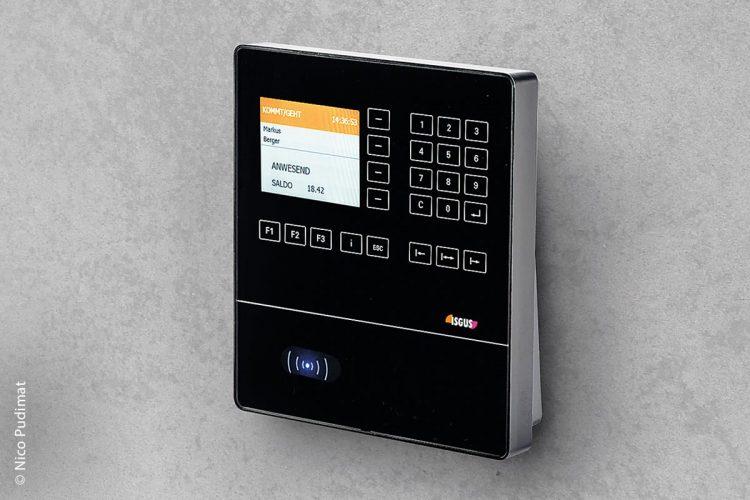 Das Zeiterfassungsterminal IT 8200 ist über das Intranet oder das Internet mit der Zeitwirtschaftssoftware verbunden und bietet alle wichtigen Funktionen wie Kommen, Gehen, Dienstgang, Dienst-reise, Saldo- oder Urlaubs-abfragen und Textnachrichten an die Mitarbeiter. Ebenso kann es zum Kostenstellenwechsel genutzt werden.