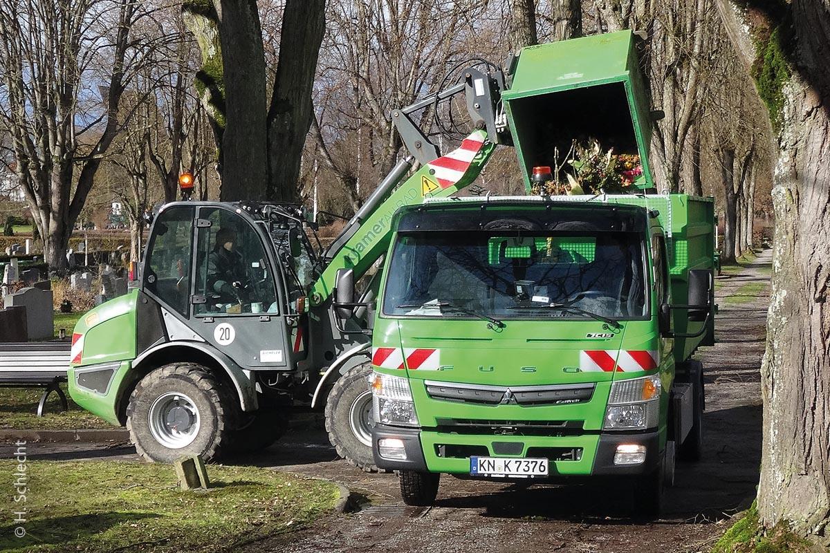 Der Fuso Canter 7C15/18 wird auf dem Friedhof mit Grünabfällen befüllt.