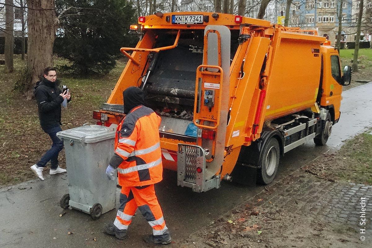 Die Stadtreinigung von Konstanz geht mit dem 7,5-Tonner-Fuso, Typ 7C18AMT mit Einfachkabine und Müllwagenaufbau vom Hersteller Zöller Typ Mirco XL, auf Tour.