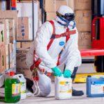 Im Falle eines Falles: Beim Hantieren mit Gefahrstoffen, die giftige Dämpfe entwickeln, ist in manchen Fällen ein Vollkörperschutz inklusive Maske unerlässlich. Von daher ist es wichtig, dass ein Bauhof auch solche Anzüge für seine Mitarbeiter in der Kleidungskammer vorrätig hat.