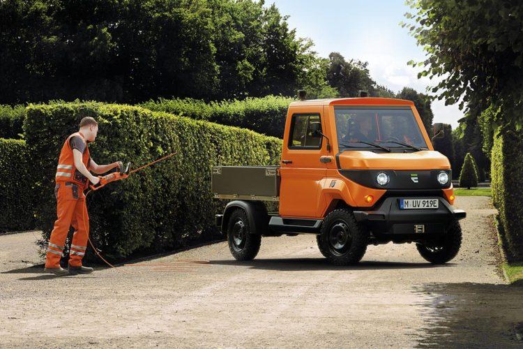 Der E-Transporter a-Car von Evum im Grünpflegeeinsatz