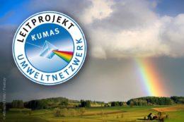 Jedes Jahr zeichnet das Kumas Umweltnetzwerk drei Projekte aus. Innovationsgehalt, Gestaltungsqualität und verbessernde Umwelteigenschaften stehen bei der Bewertung durch eine unabhängige Jury genauso im Vordergrund wie die Steigerung der Ressourceneffizienz und der Beitrag zum Klimaschutz.