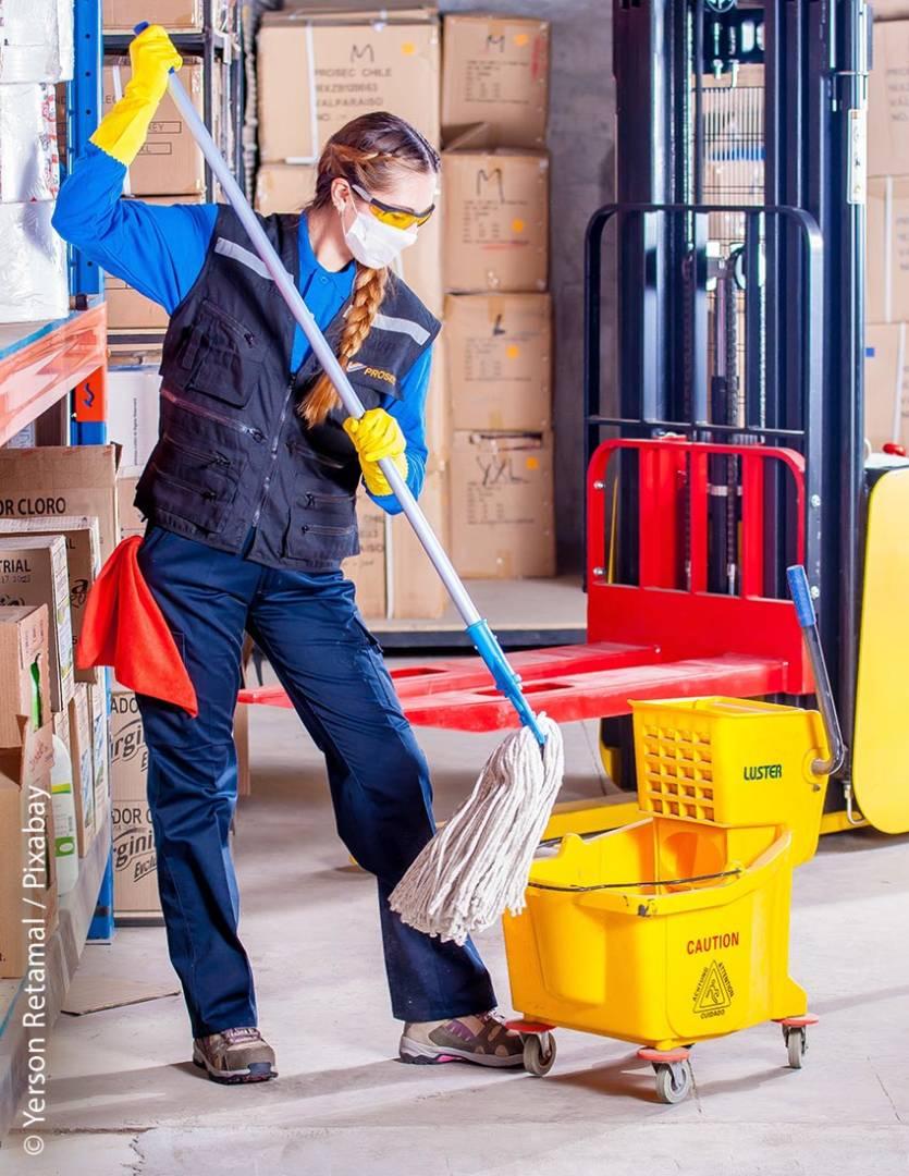 Wenn Räume, in denen Gefahrstoffe aufbewahrt werden, gereinigt werden müssen, sollte ein Mindestmaß an Schutzkleidung getragen werden.