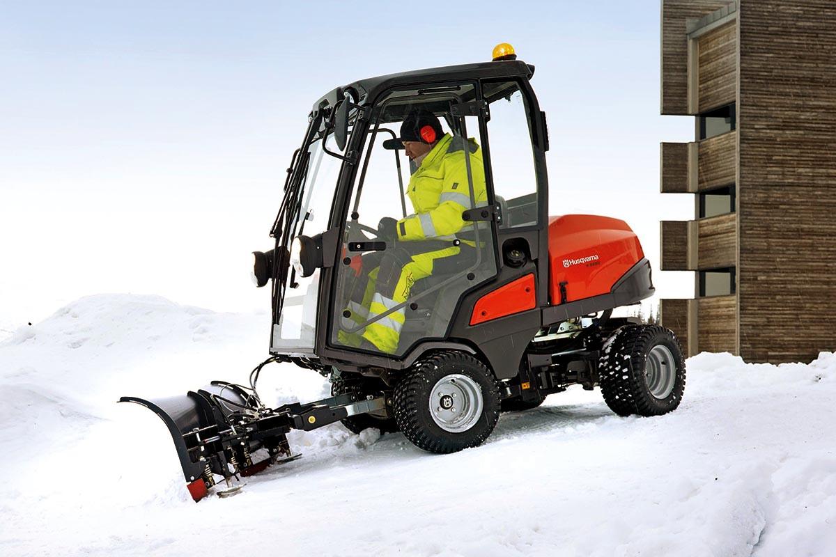Der Husqvarna Rider P500 im Winterdiensteinsatz mit Kabine: Ein breites Angebot an Anbaugeräten macht den Aufsitzmäher zu einem äußerst vielseitigen Arbeitsgerät für das ganze Jahr.