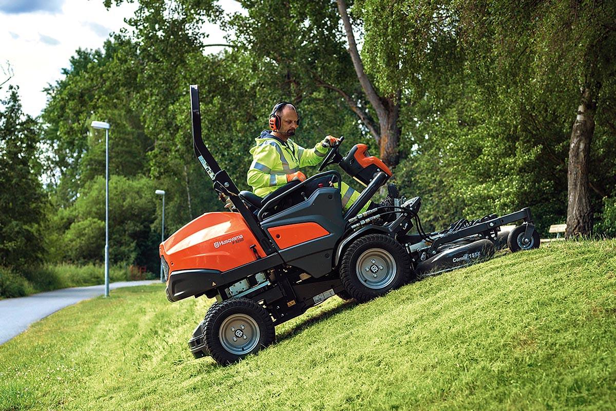Der Husqvarna Rider P500 mit Frontmäher im Grünpflegeeinsatz