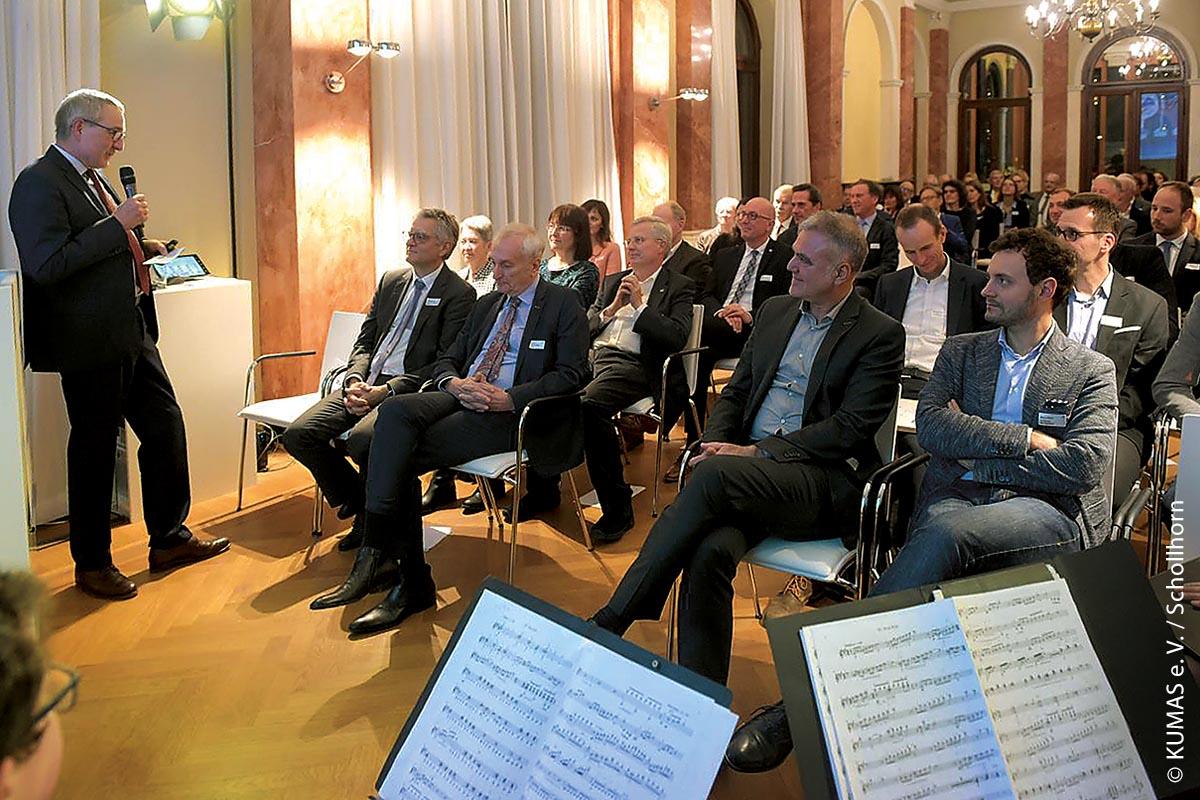Die letzte Verleihung des Kumas-Leitprojekte-Preises fand im Dezember 2019 statt: Thomas Nieborowsky begrüßt die Gäste. Gefeiert wurde in der Haag-Villa in Augsburg.
