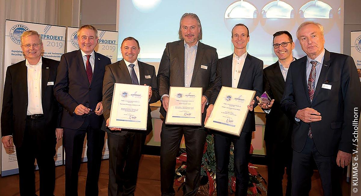 """Verleihung des Kumas-Leitprojekte-Preises 2019: Die drei herausragenden Gewinner waren Green Ways to Work (für die App """"Wettbewerb um Grüne Kilometer""""), Wind-to-Wheel (für die PEM-Elektrolyseure für das grüne Wasserstoff-Mobilitätsprojekt """"eFarm"""") und Repulping Technology (für effizientes und hochwertiges Recycling von Faserstoff- und Verbundmaterialien)."""