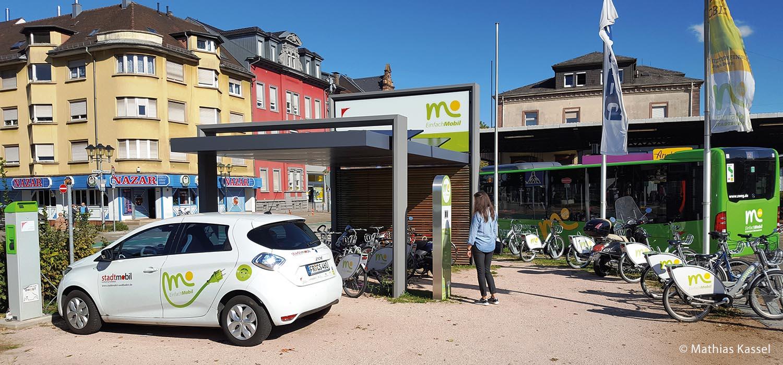"""Seit 2015 fördert die Stadt Offenburg """"Mobilitätsstationen"""". Das sind Standorte, die Car-Sharing, Bike-Sharing und den öffentlichen Bus- und Bahnverkehr zusammenbringen."""