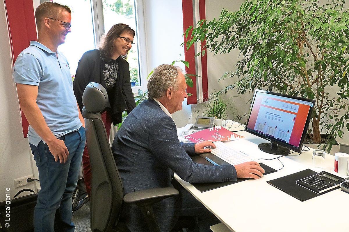 Hans-Jörg Rapp (links), Sonja Winkler und Lothar Kopf prüfen mögliche Voraussetzungen, die ein lokaler Online-Markt erfüllen muss. Eine im Sommer 2019 durchgeführte Umfrage und Suchmaschinenstatistiken zeigen auf, dass Einheimische für den Online-Kauf einen Überblick über lokale Geschäfte und deren neueste Angebote erwarten.