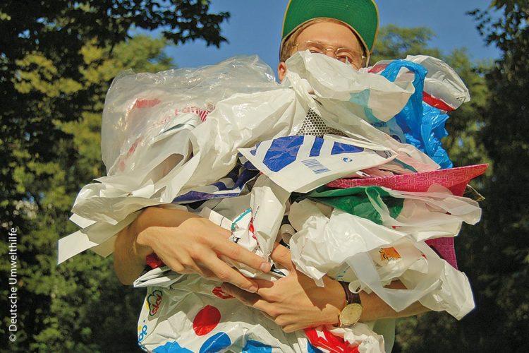 Nach Information der Deutschen Umwelthilfe verbraucht jeder Deutsche pro Jahr mehr Tüten als er tragen kann.