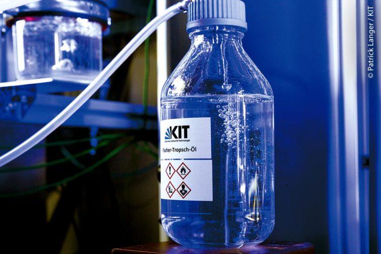 Der neue Kraftstoff ist bereit für die Mobilität der Zukunft: Probennahme eines synthetischen Öls aus einer Technikumsanlage am Institut für Mikroverfahrenstechnik (IMVT) am Karlsruher Institut für Technologie (KIT).
