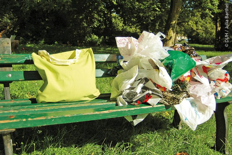 Laut der Deutschen Umwelthilfe könnten so viele Kunststofftüten eingespart werden, wenn man stattdessen eine Mehrwegtasche benutzt.