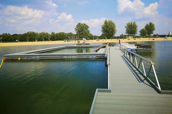 Im Naturfreibad Xantener Südsee wurde eine Steganlage samt barrierefreiem Schwimmbecken erstellt.