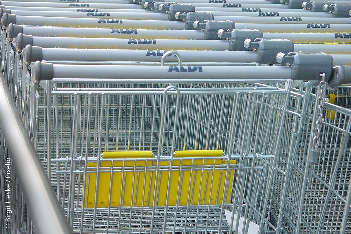 Seit Ende 2018 gibt es im Kassenbereich der ALDI-Filialen keine Tragetaschen aus Plastik oder Papier mehr zu kaufen. Die Kunden nehmen das Angebot an Mehrwegtaschen gerne an.
