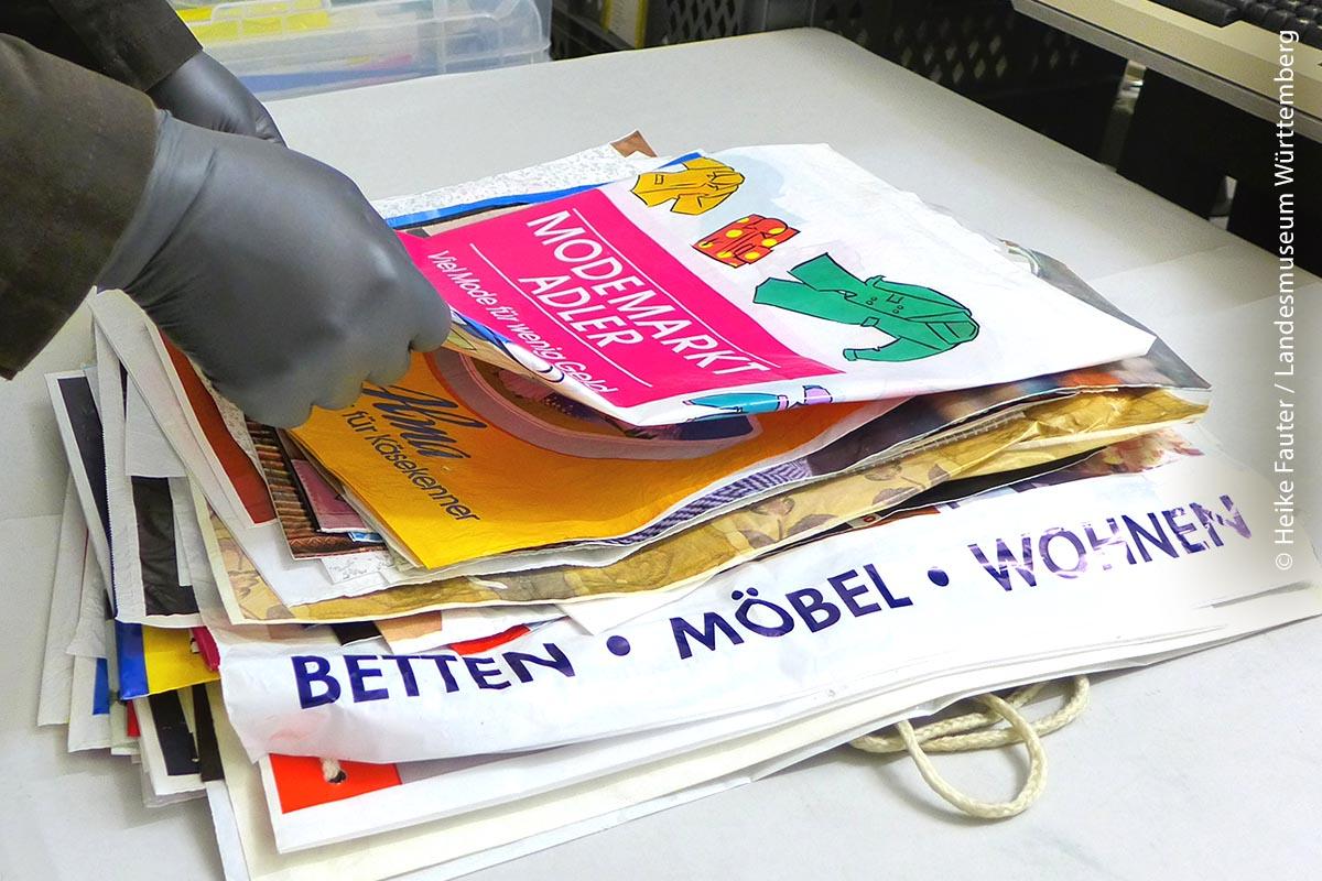 Vor zirka zehn Jahren erhielt Frank Lang 3000 Tüten von einem Sammler, der als Schüler im Kunstunterricht auf die künstlerisch gestalteten Aufdrucke der Tüten von seinem Lehrer aufmerksam gemacht wurde. Etwas später kam eine noch umfangreichere Sammlung von einer Frau dazu. Seither ist das Landesmuseum Württemberg in Besitz von zirka 50.000 Plastiktüten.