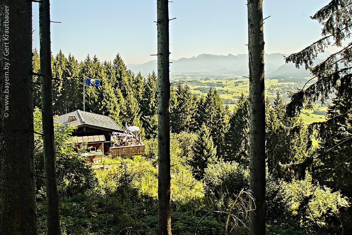 Der Blick von oben auf die Hündeleskopfhütte von Silvia Beyer und über die Alpen