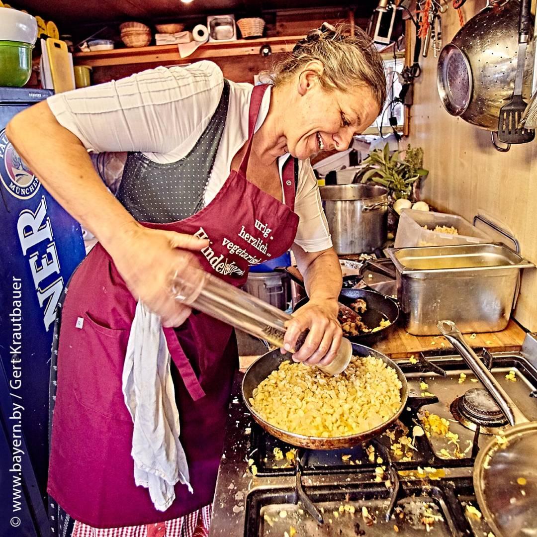 Ende Mai 2015 übernahm die gebürtige Nesselwangerin Silvia Beyer die urige Hütte als neue Pächterin und verwirklichte sich auf 1180 Metern Höhe ihren Traum. Mit viel Elan kümmert sie sich seither um die Bewirtung ihrer Gäste.