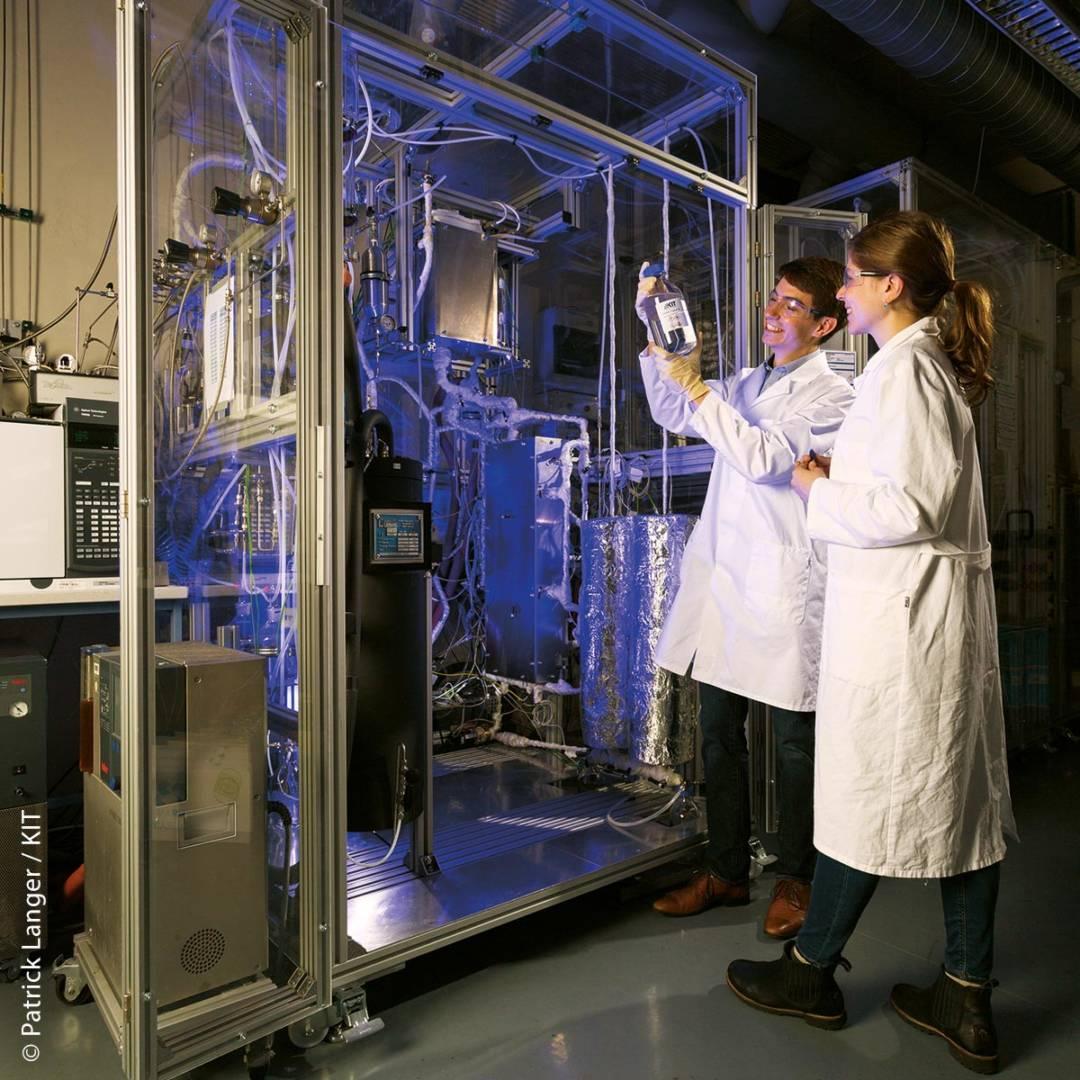 """In der Versuchsanlage wird in einem mikrostrukturierten Reaktor mithilfe der Fischer-Tropsch-Synthese ein synthetisches """"Rohöl"""" erzeugt, das in einem direkt nachgeschalteten Hydrocracking-Schritt zu Kraftstofffraktionen konditioniert werden kann."""