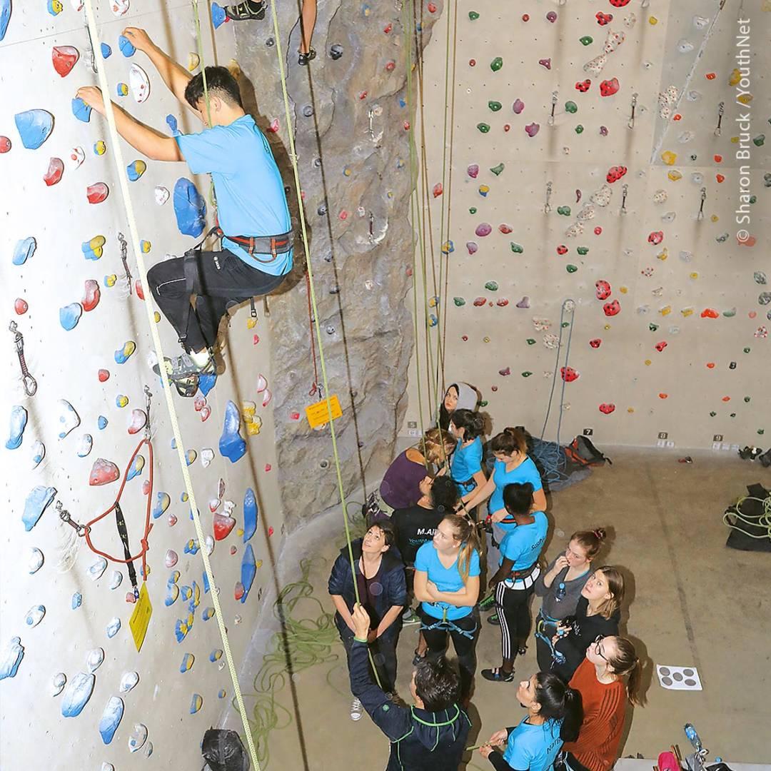 Beim Klettern verbinden sich für Jugendliche Freizeitspaß und Teamverantwortung.