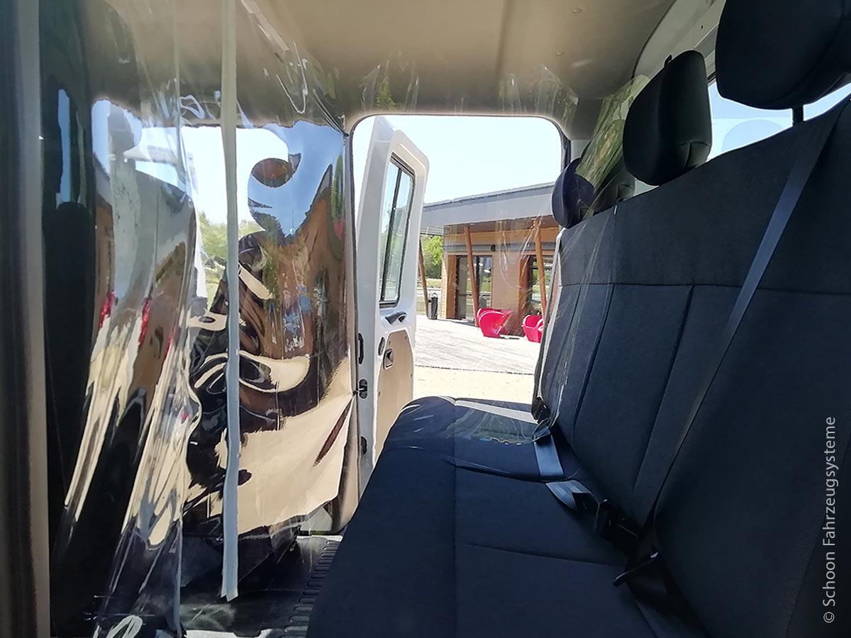 Einerseits können die Trennwände innerhalb des Fahrzeugs durch Absprühen problemlos desinfiziert werden, andererseits sind sie für eine gründliche Reinigung leicht abbaubar.