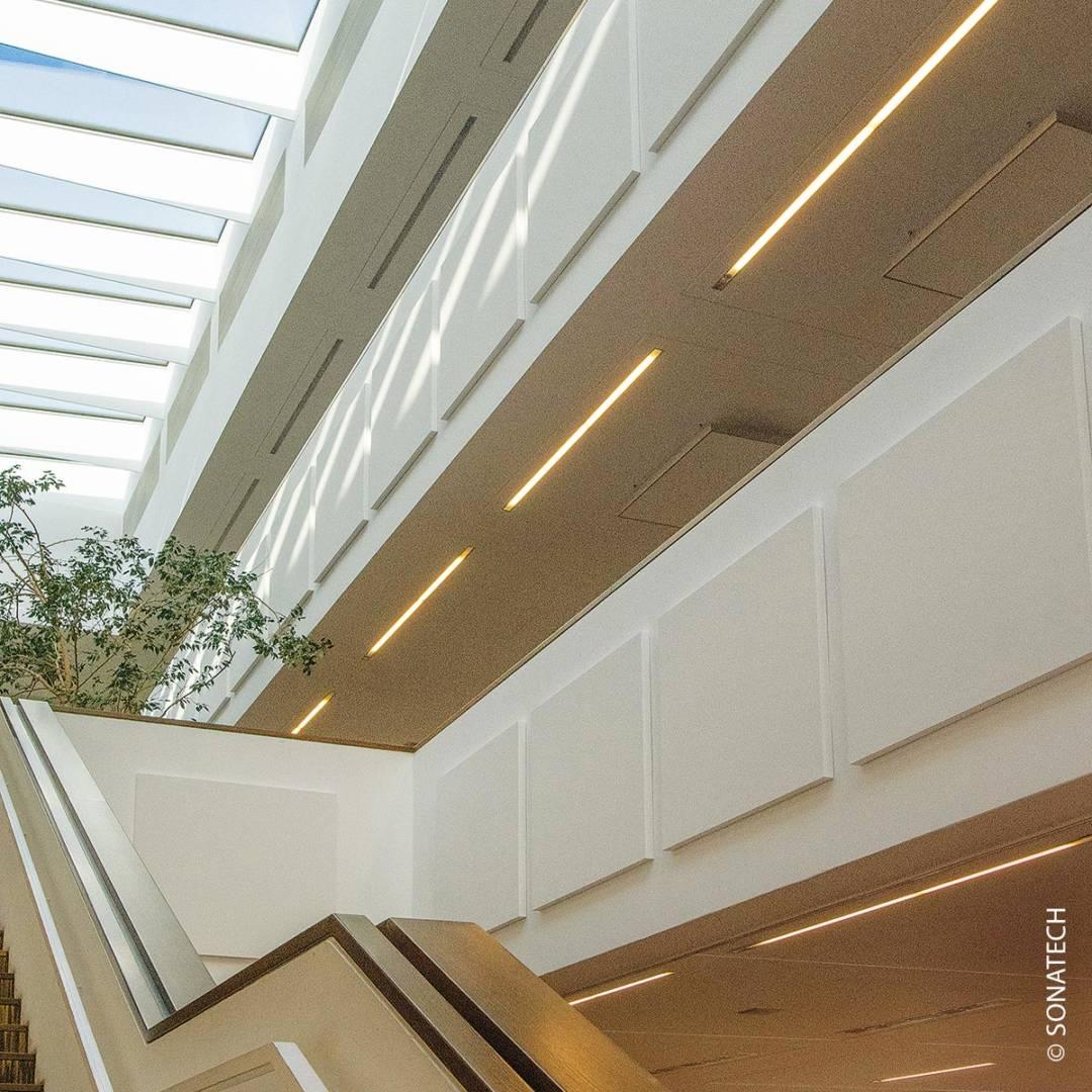 Akustikelemente an einem Treppenaufgang dämpfen den Lärm, wenn alle Schüler in die Pause strömen.